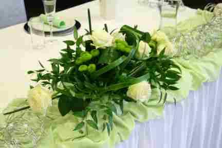 HKT0018 Brautpaar Tisch Blumengesteck JPG